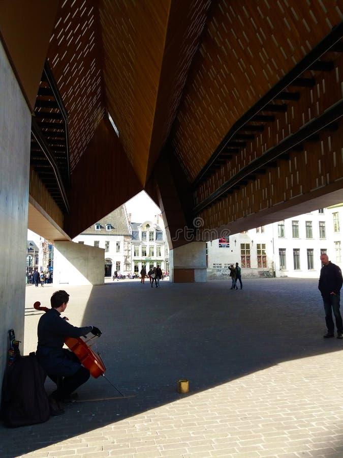 绅士,比利时03 25 2017弹大提琴的人在多功能城市亭子Stadshal 免版税库存图片