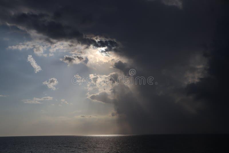 晴空万里海上风云 半天晴,半天晴 飓风来袭 风暴来袭, 库存照片