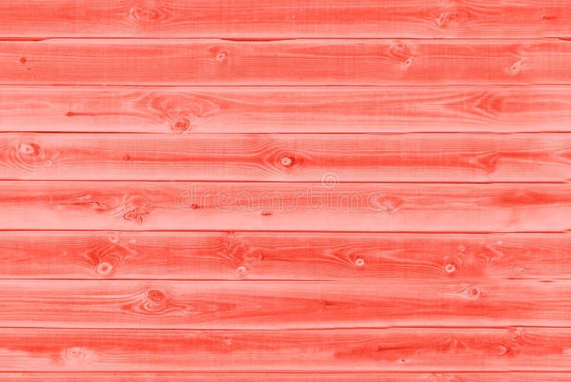 老生存珊瑚红色背景纹理绘了木排行的委员会墙壁 居住的珊瑚颜色背景 年的颜色 免版税图库摄影