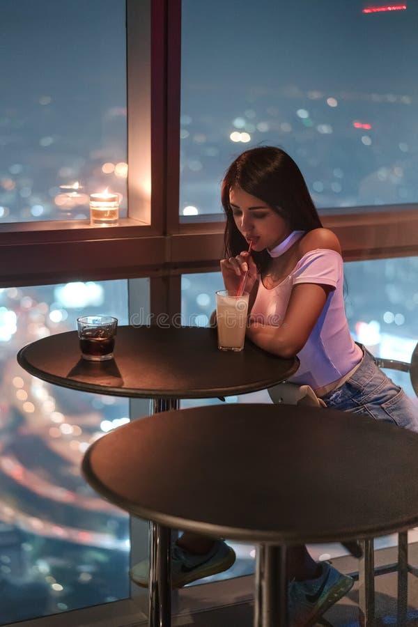 Вид современного метрополиса ночью Бангкок, Таиланд Девушка наслаждается вкусным коктейлем в баре на 86-м этаже. стоковое фото rf