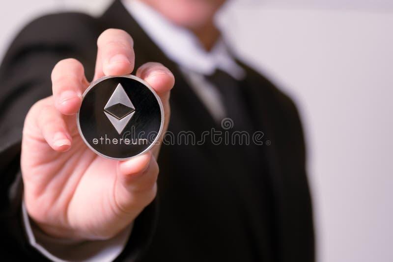 Криптокурентные монеты - Этеум, Личекен, Биткоин, Риппль Женщины держат в руках криптокурентскую монету Физические биткоины золот стоковое фото rf