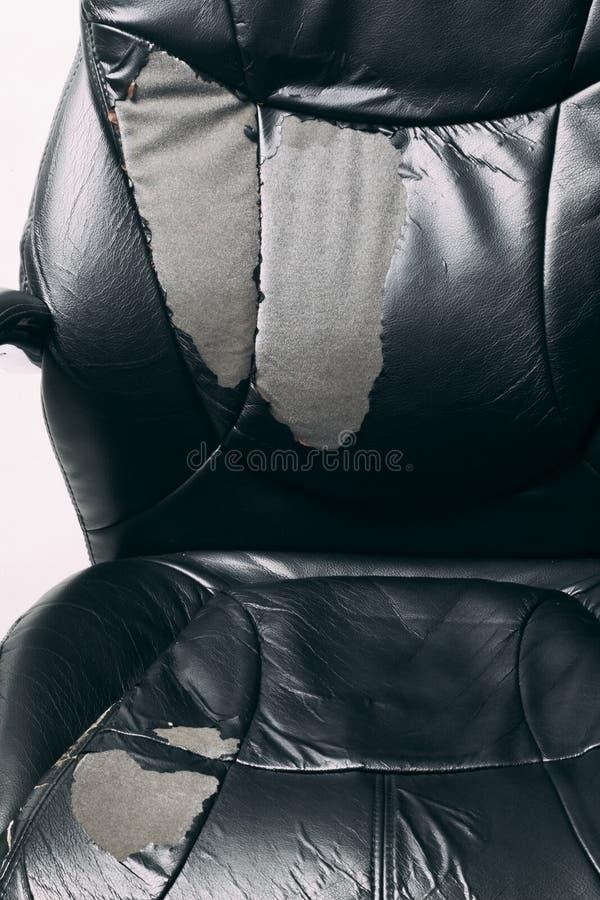 Δερμάτινη καρέκλα γραφείου σε λευκό φόντο καμία απομόνωση επισκευές ταπετσαρία έλξης στοκ φωτογραφία με δικαίωμα ελεύθερης χρήσης