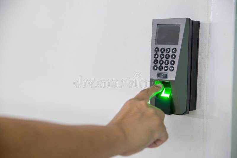 Analyse des doigts sur le concept de sécurité des machines et la sécurité mise en valeur douce du doigt à balayage manuel sur le  photo stock