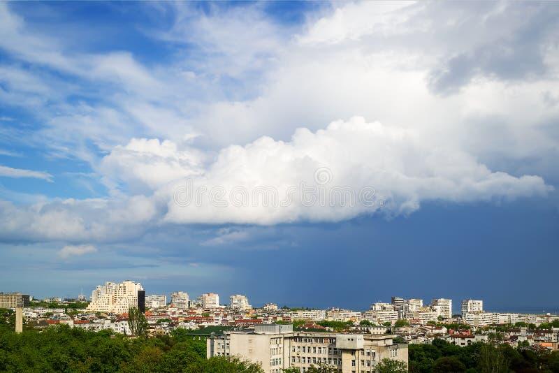 Der malerische Himmel über der Stadt vor einem Gewitter Eine große weiße Wolke im stürmischen Himmel Sturmflucht lizenzfreies stockbild