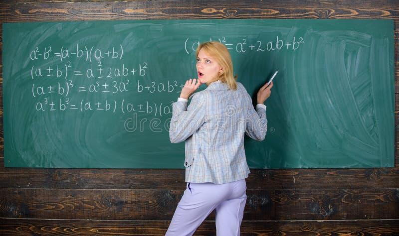 我知道答案 学习和教育 现代学校 知识日 教师在黑板上上课 女人 免版税库存图片