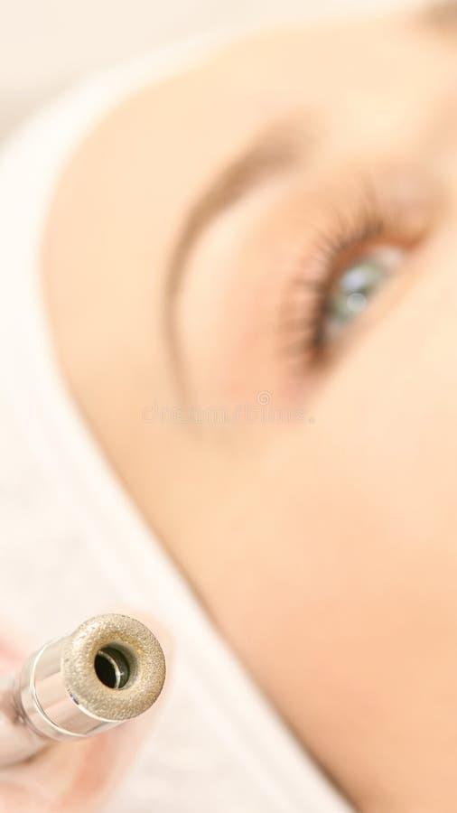 Kosmetologibehandling Barn Salon-kosmetisk maskinvara Hudrengöring med diamantdiameter royaltyfri fotografi