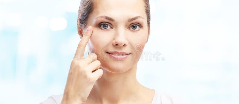 Γυναίκα δείχνει δερματολογικό πρόβλημα Πορτραίτο κοριτσιού της αισθητικής ομορφιάς Διαδικασία φροντίδας προσώπου στοκ εικόνες με δικαίωμα ελεύθερης χρήσης