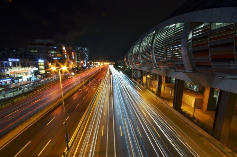 Een lichtspoor van IOI Puchong Jaya LRT Station in puchong Selangor Maleisië Foto genomen op 30 oktober 2018 stock foto