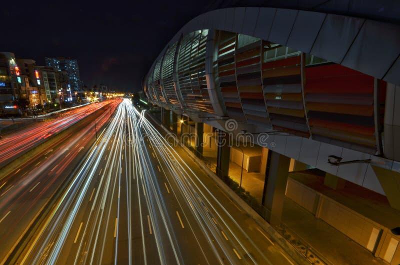 Een lichtspoor van IOI Puchong Jaya LRT Station in puchong Selangor Maleisië Foto genomen op 30 oktober 2018 royalty-vrije stock fotografie