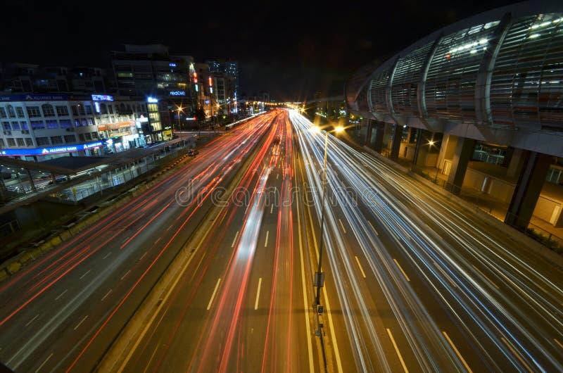 Een lichtspoor van IOI Puchong Jaya LRT Station in puchong Selangor Maleisië Foto genomen op 30 oktober 2018 royalty-vrije stock foto