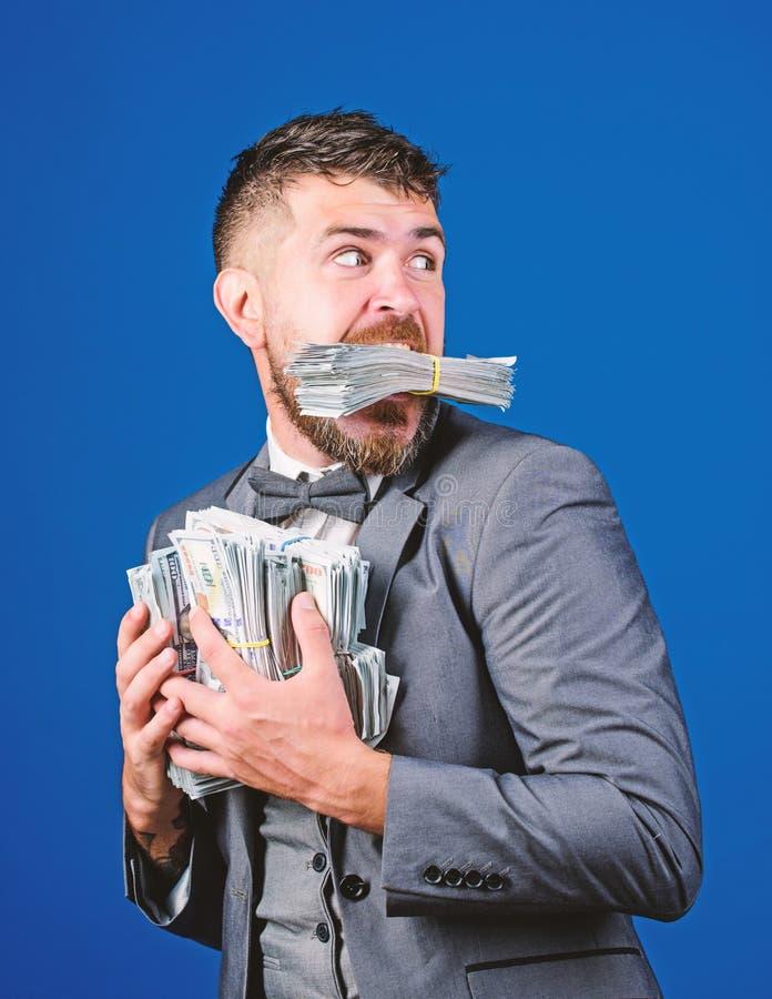 商人惊讶地觉得,手里有很多现金 偷钱 带着成堆美元的小偷 收入 库存图片