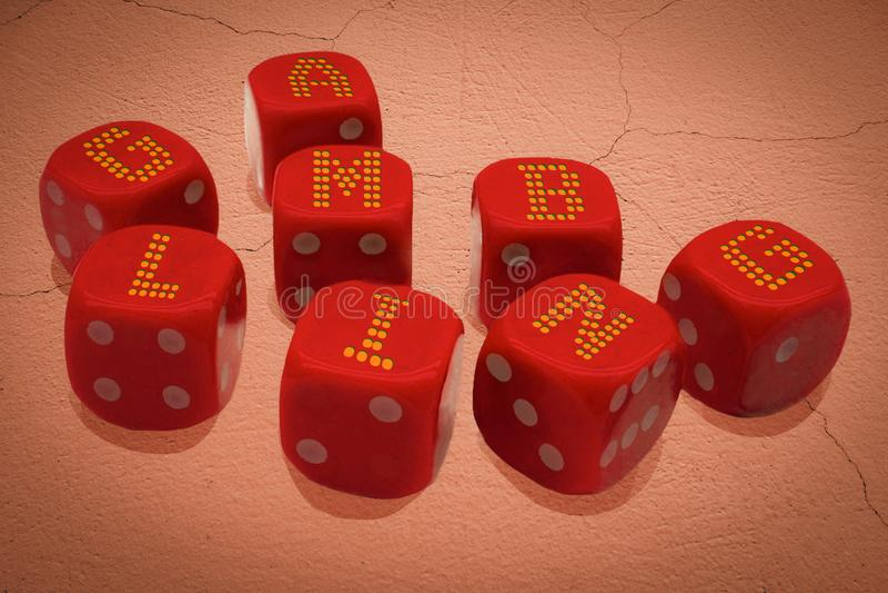 Dices с надписью GAMBLING Группа кубиков казино находится на заброшенной, разбитой поверхности земли Концептуальный плакат азартн стоковое фото