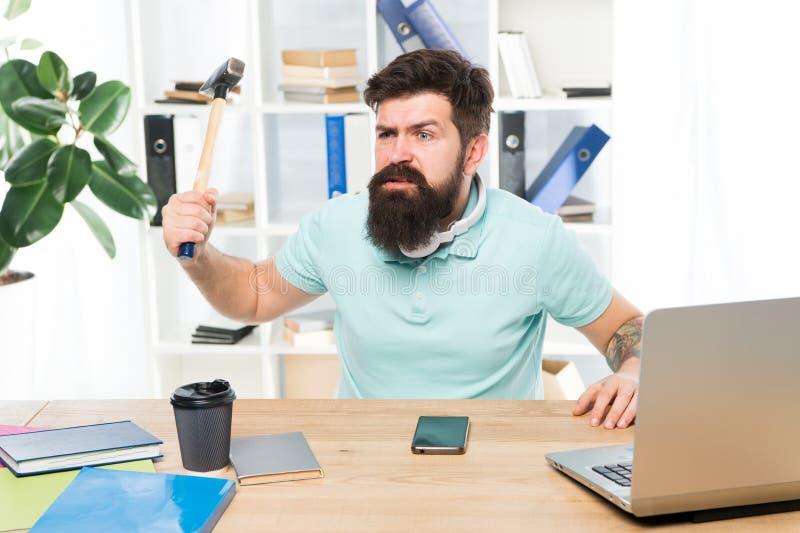 Бизнесмен с бородой и веденный усик сумашедший с молотком в руке Сердитый агрессивный бизнесмен в офисе Разочарованный стоковые фото