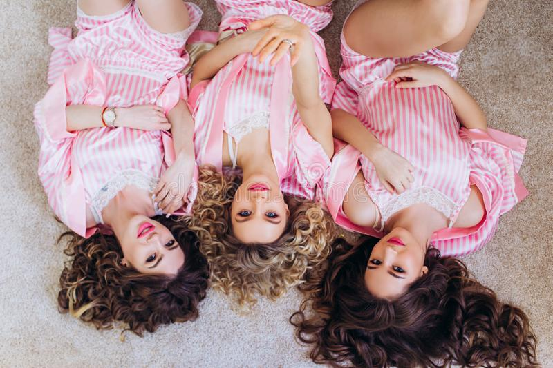 三个女孩庆祝一个单身聚会或生日 免版税库存照片
