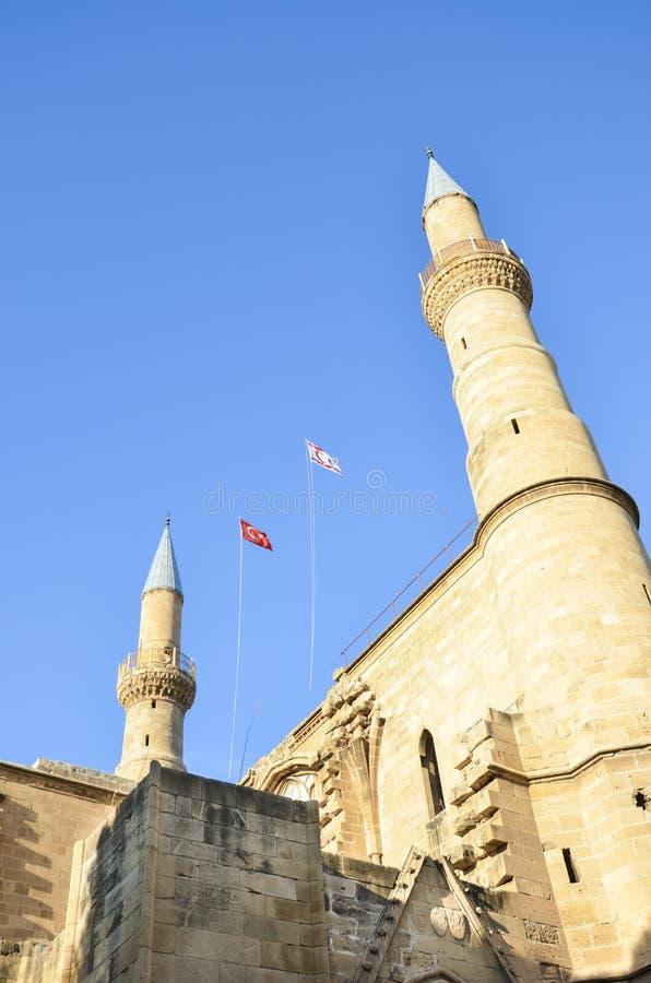 Bella moschea di Selimiye in cipriota Nicosia presa da sotto contro cielo blu Originalmente Roman Catholic Cathedral immagine stock