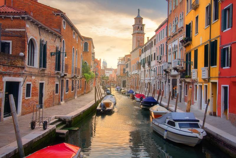 在日落的风景威尼斯视图 威尼斯运河在街市 威尼斯湾都市风景,意大利 免版税库存照片