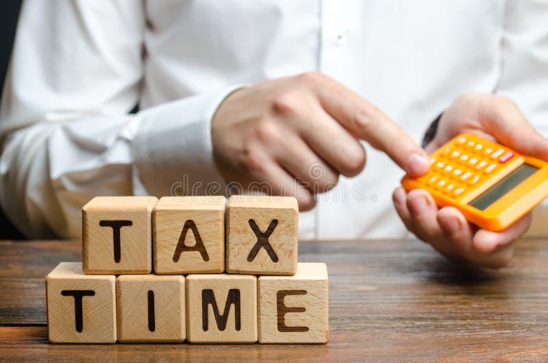 Facet liczy na kalkulatorze wymaganą płatność podatku Podatki, podatek dochodowy Zmniejszanie dochodów, przeciwdziałanie szarej g fotografia royalty free