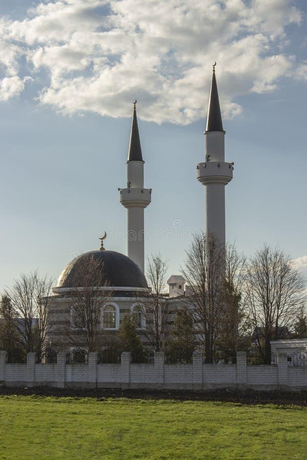 Ισλαμικό μουσουλμανικό τέμενος δύο μιναρέδες Όμορφη φωτογραφία τζαμιού, τόπος λατρείας Ισλαμική θρησκευτική αρχιτεκτονική του Ραμ στοκ εικόνες