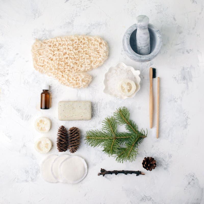 在轻的背景的温泉治疗 温泉在白色桌上的辅助部件构成 自然芳香油,海盐,西沙尔麻,自然肥皂 库存照片