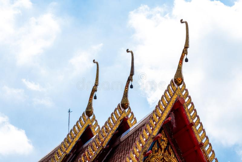 寺庙屋顶 在泰国寺庙屋顶的建筑细节  在古老佛教寺庙的美好的建筑学 免版税库存图片