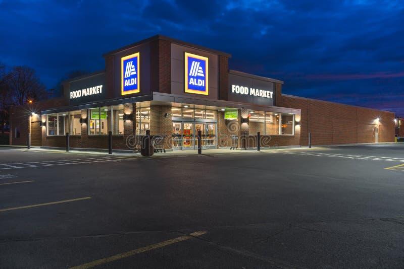YORKVILLE, NUEVA YORK - ABRIL 21, 2019: Colmado de Aldi Aldi es una cadena de supermercados global del descuento basada en Aleman fotos de archivo libres de regalías