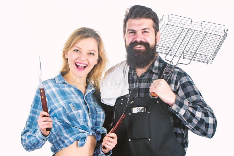 家庭周末 情侣们携带烧烤用炊具 户外烤肉工具 野餐和烧烤 库存照片