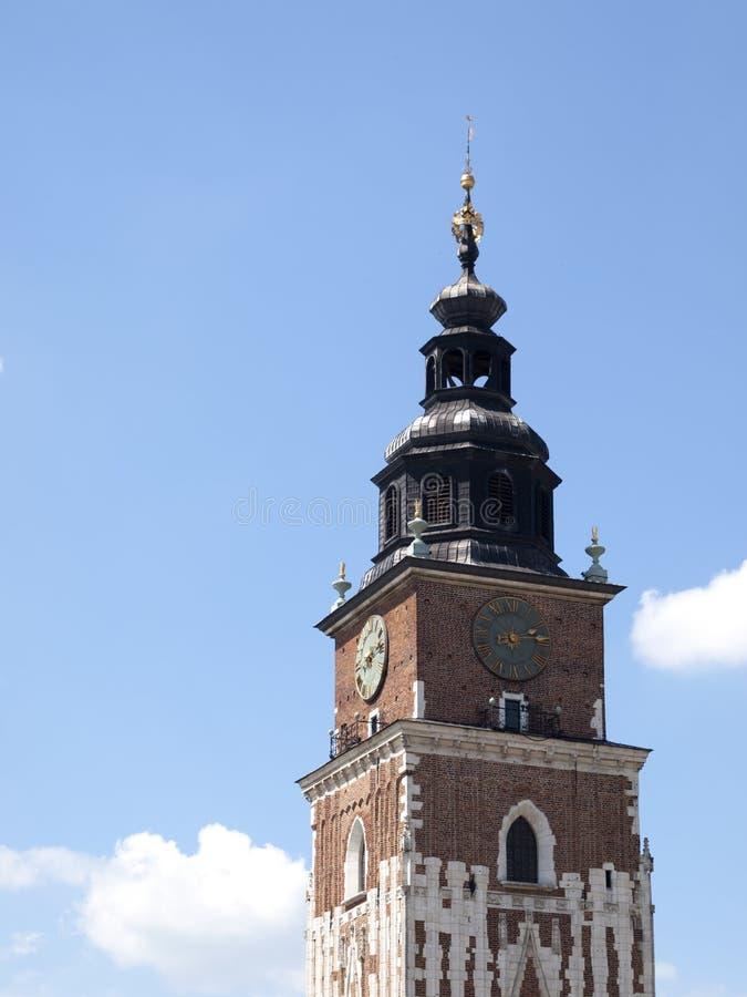 城镇厅塔,蓝色多云天空作为背景 克拉科夫,主要中央集市广场著名地标 象射击,好日子的明信片 免版税库存照片