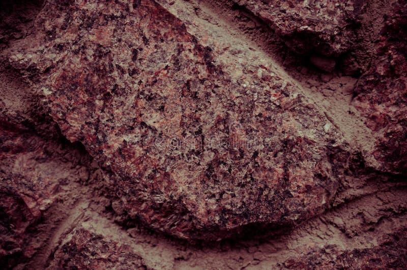 Textur av gammalt stenar väggcloseupen Spektakulärt ställe för din inskrift Stor design för någon avsikt Foto som tonas i rödakti royaltyfri fotografi
