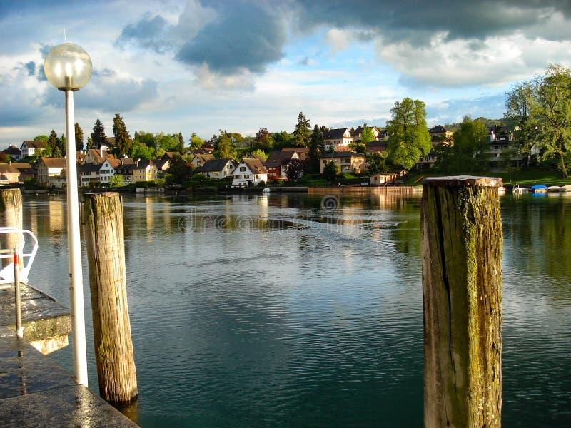 Widok pięknego i turystycznego miasta Parin am Rhein Idyllic według rzeki Ren Na granicy Szwajcarii z Niemcami obraz stock
