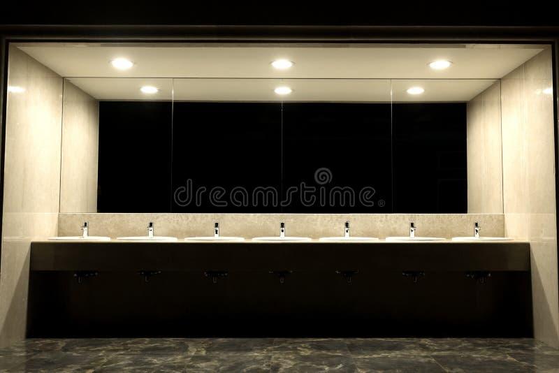 Banheiros públicos e casas de banho com lavatório Feiras com lavatórios em banheiro público Pias modernas com espelho fotografia de stock royalty free