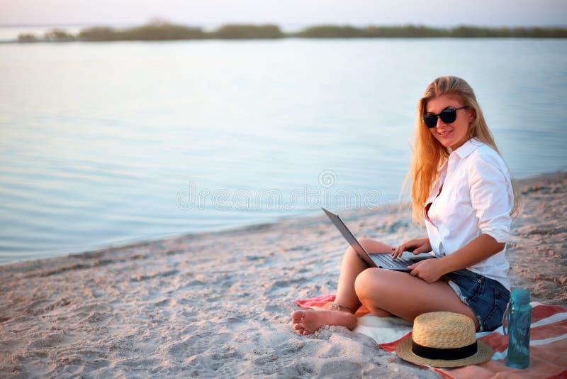 Autentyczna kobieta pracuje z laptopem na dennym brzeg Freelancer dziewczyny telecommuting z drużyną na projekcie na tropikalnej  obraz royalty free