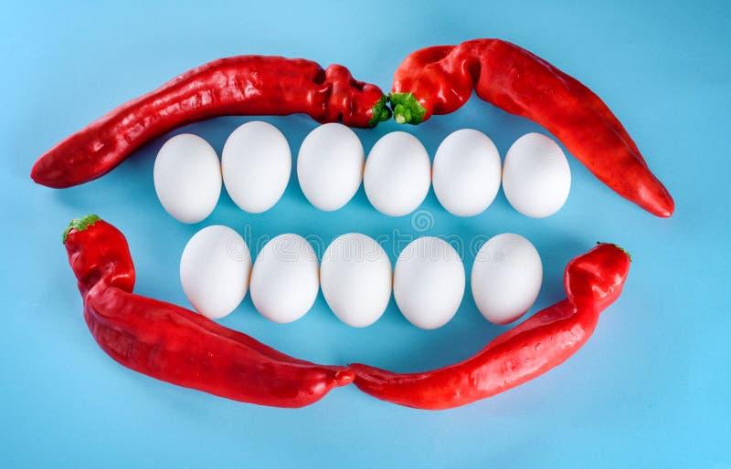 Bello sorriso dalle uova bianche e dal peperone Denti bianchi, stile di vita felice Spazio libero e fondo da mandare un sms a immagine stock