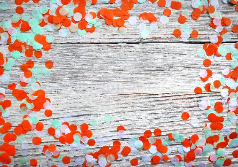 Coriandoli in tricromia della carta su un fondo di legno bianco Irlandese, l'India e Cinu, concetto di festa dell'indipendenza pa fotografia stock libera da diritti