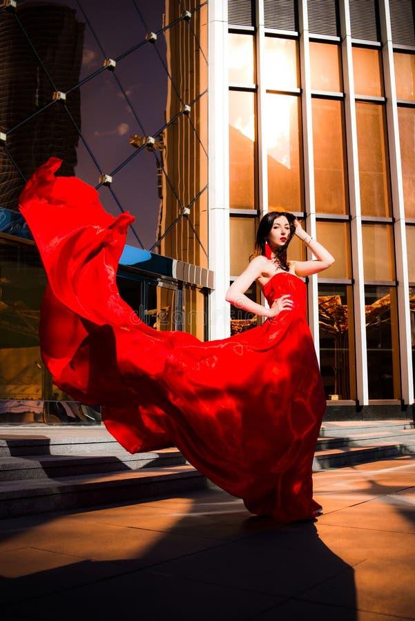 Femme attirante dans la robe flottée rouge Le feu, flamme, concept de passion photos stock