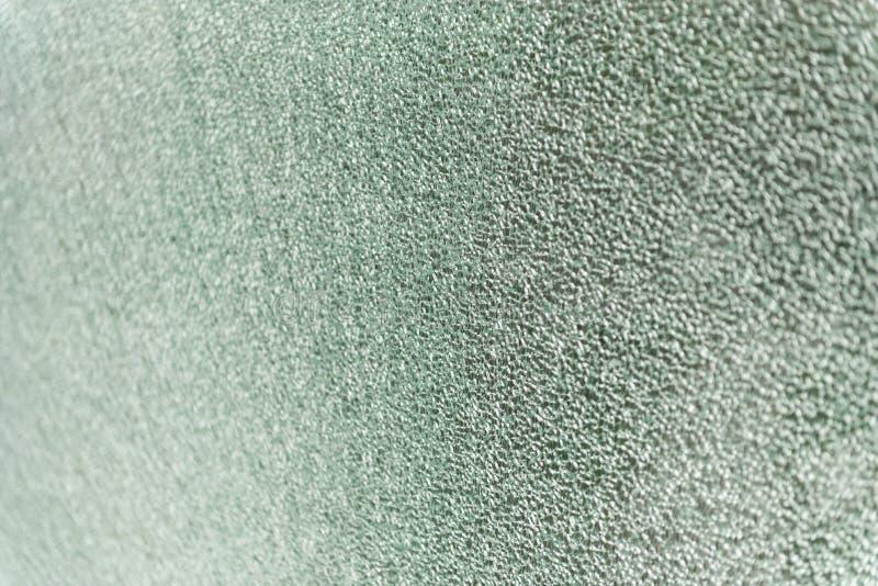 残破的玻璃,破裂的窗口或者耐震操刀在办公楼 r 故意破坏,安全生产或 免版税库存图片