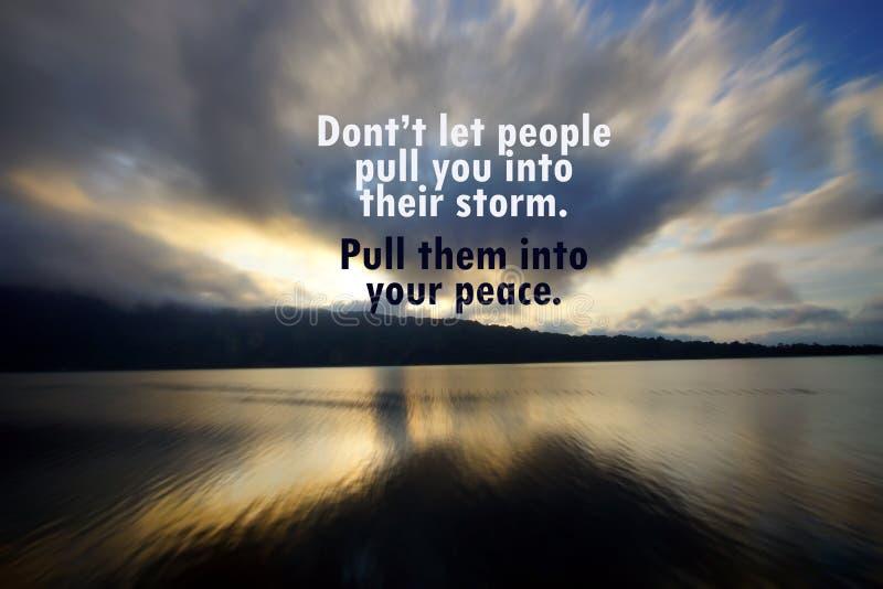 Citação motivacional inspiradora - Não deixe as pessoas puxarem você para a tempestade Puxe-os para a sua paz Com nuvens a correr imagem de stock
