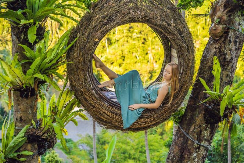 巴厘岛趋向,秸杆巢到处 享受她的旅行的年轻游人在巴厘岛,印度尼西亚附近 做中止在a 免版税图库摄影