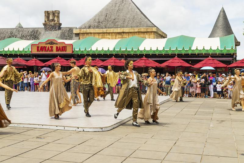 岘港,越南 2019年6月,24日 在鲍瑙hil的男人和妇女法国舞蹈展示 库存图片