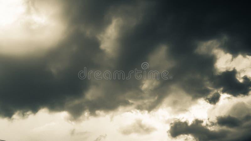 在黑色的天空 龙卷风、飓风或者雷暴云彩的样式  有时重的云彩,但是没有雨 免版税库存照片