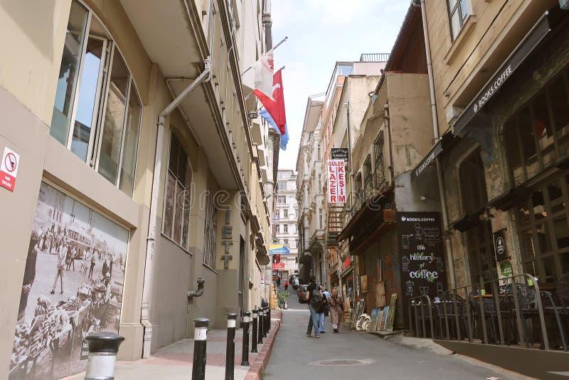 伊斯坦布尔街道,历史建筑 街道上的土耳其国旗 伊斯坦布尔城市生活 库存图片