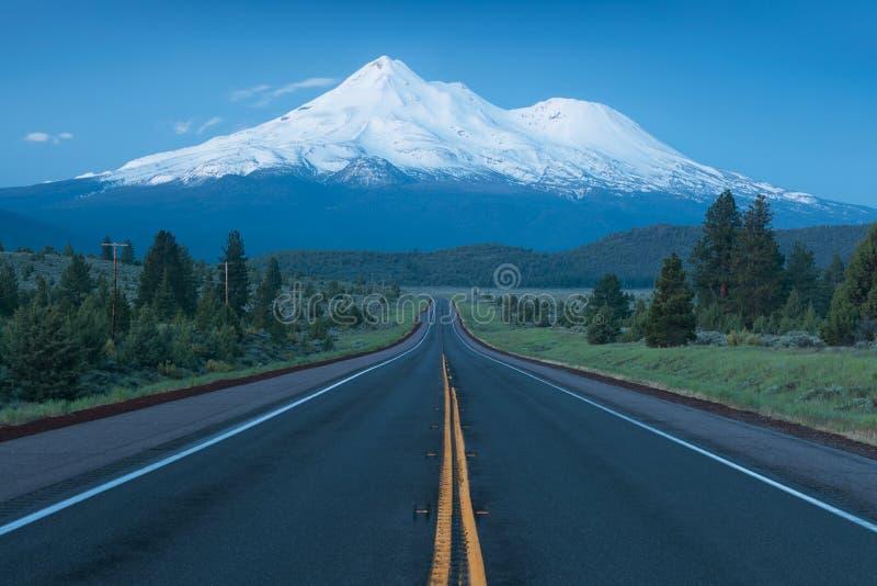 美国加利福尼亚州沙斯塔火山冰川古典观 心湖全景 沙斯塔山是座火山 免版税库存照片