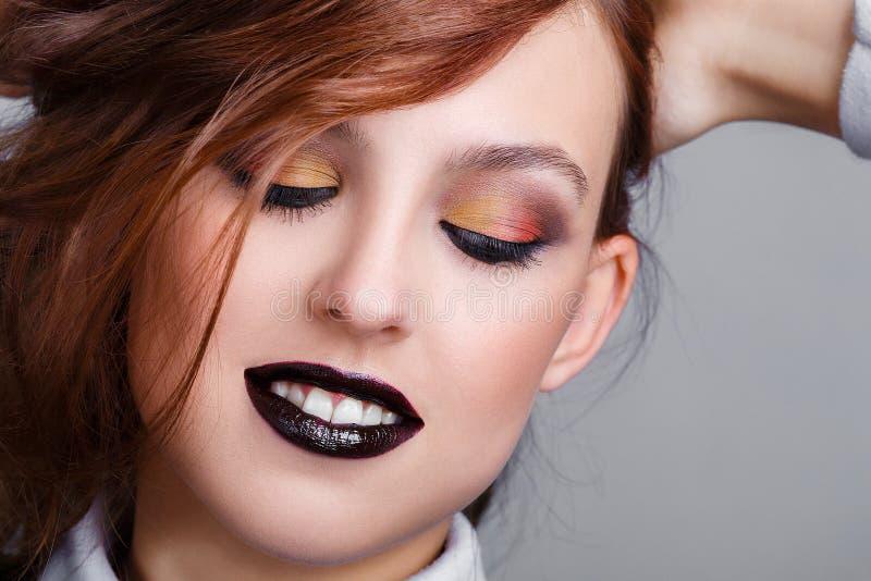 Δημιουργικό μακιγιάζ. Όμορφη νεαρή κοπέλα της μόδας με μαύρο κραγιόν. Λ στοκ φωτογραφία με δικαίωμα ελεύθερης χρήσης