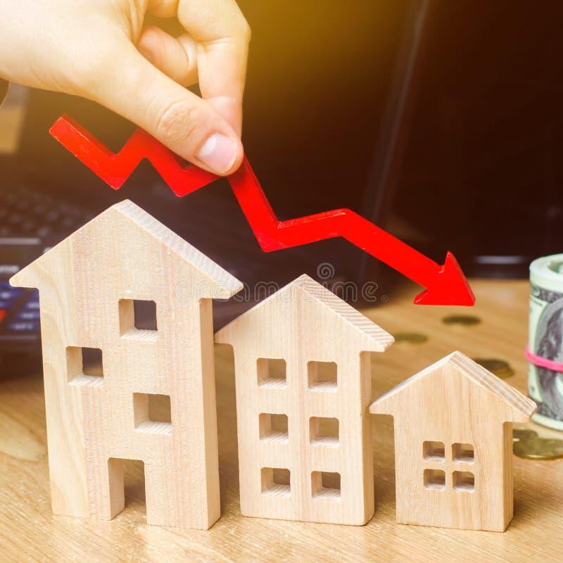 房地产市场下跌的概念 抵押贷款利息减少 房价和公寓的下跌 低 库存图片