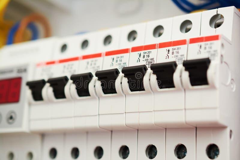 保险丝箱子,电源开关 有电自动的电压交换机 在家控制板电子开关 免版税库存照片