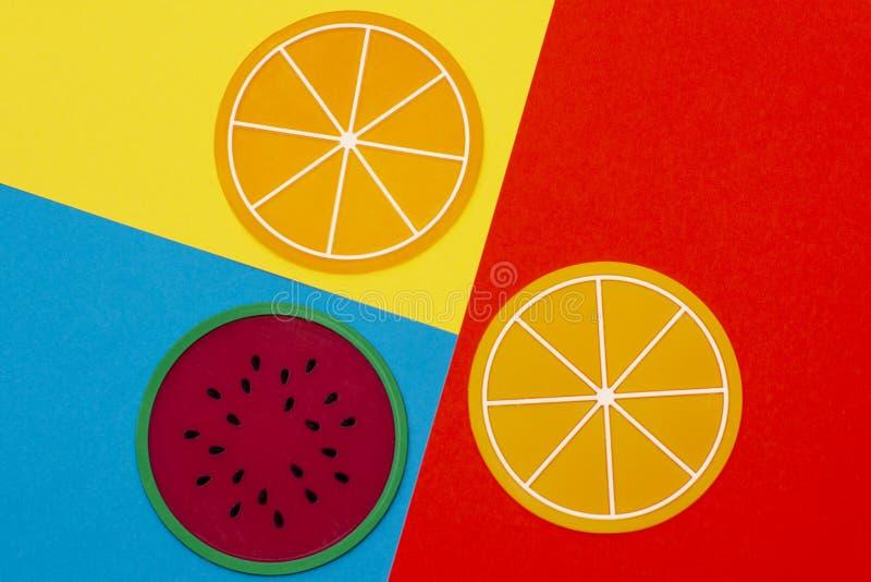 Frutta succosa variopinta creativa di estate su un fondo rosa piano di bugia Supporti per le bevande calde fotografia stock