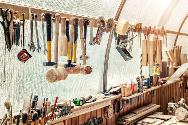木制品有许多不同的工具和设备的车间工作凳 木匠业工匠工作bemch DIY手工制造家具 库存图片