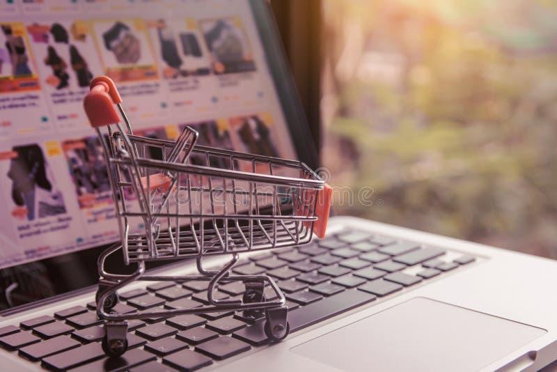 Conceito de compra online - carrinho de compras ou carrinho num teclado de computador portátil Serviço de compras na Web online o imagens de stock