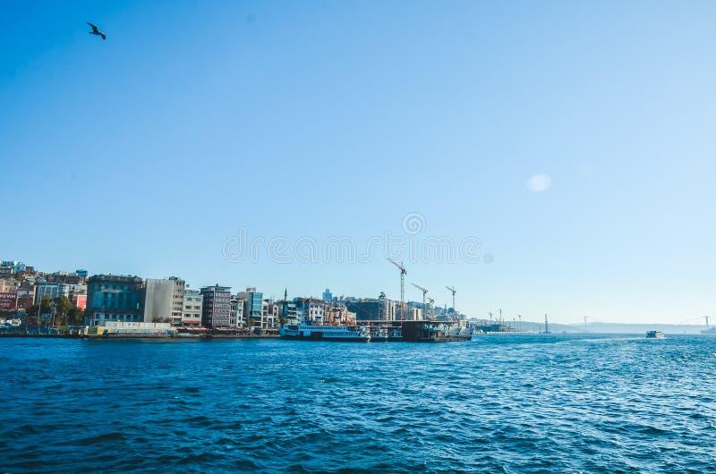 Istanbul, Turchia - 14 agosto 2019: Vista della città di Istanbul dal mare del Bosforo Simbolo di istanbul Eminonu - fotografia stock