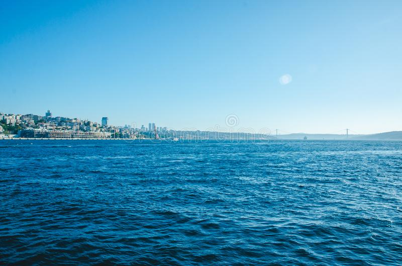 Istanbul, Turchia - 14 agosto 2019: Vista della città di Istanbul dal mare del Bosforo Simbolo di istanbul Eminonu - immagine stock libera da diritti
