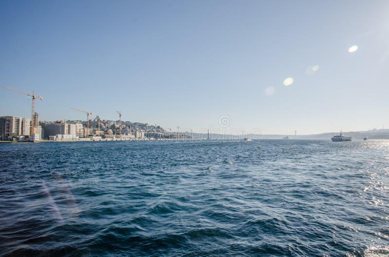 Istanbul, Turchia - 14 agosto 2019: Vista della città di Istanbul dal mare del Bosforo Simbolo di istanbul Eminonu - immagini stock